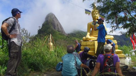 Buddha statue on the ridge below the Doi Nhog outcrop